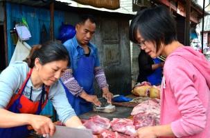 Luxi achetant la viande nécessaire pour les dumpings que nous allions apprendre à cuisiner ©Nadine Wick