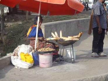 Une femme qui essaie de gagner quelques shillings pour améliorer l'ordinaire de la famille