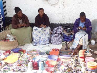Des femmes Massaïs à l'ouvrage